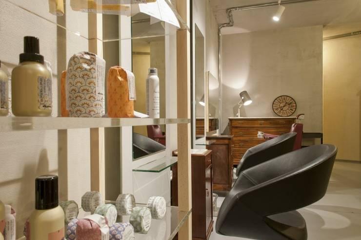 zone taglio: Negozi & Locali commerciali in stile  di Andrea Stortoni Architetto, Industrial