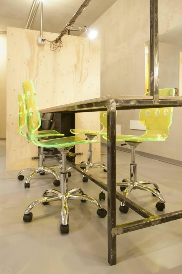 tavolo tecnico - tinte: Negozi & Locali commerciali in stile  di Andrea Stortoni Architetto, Industrial