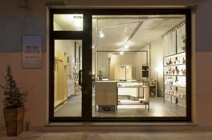 esterno - vetrina: Negozi & Locali commerciali in stile  di Andrea Stortoni Architetto, Industrial
