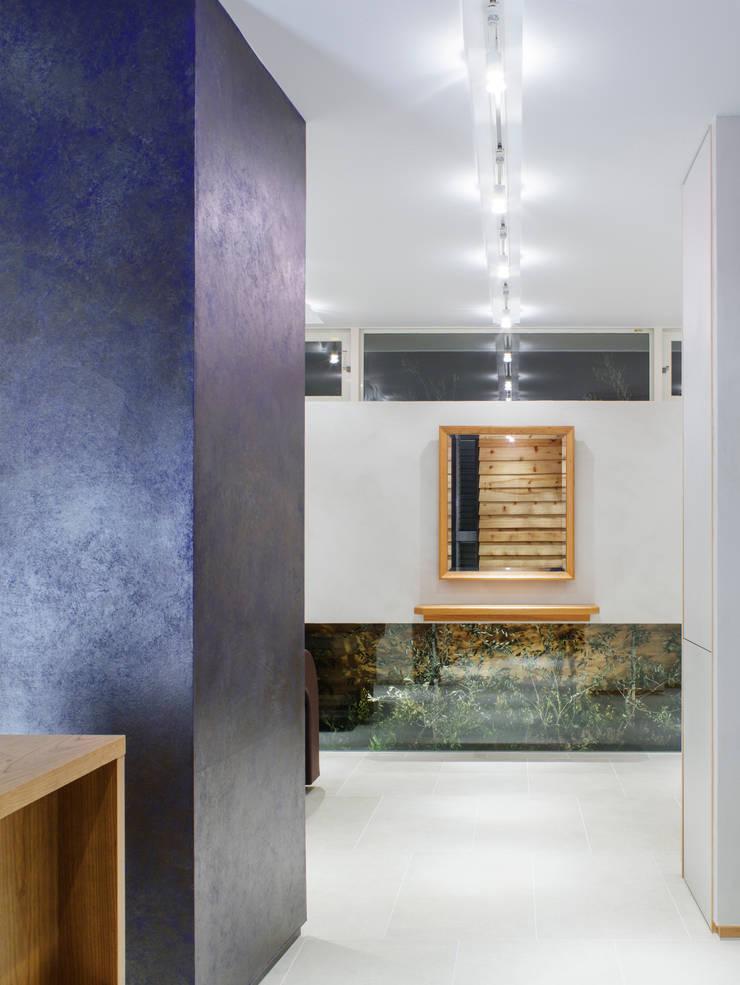 待合室から施術スペースを見る: アトリエ FUDOが手掛けたオフィススペース&店です。