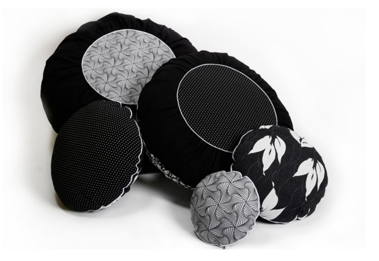 Coussins ronds : Chambre de style  par Cabane indigo