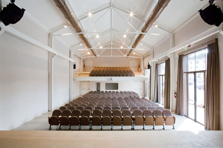 IL FILANDONE: Sala multimediale in stile  di ellevuelle  architetti, Industrial