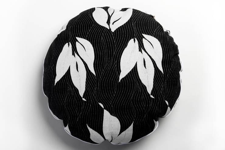 Coussin rond Japon fleurs blanches Ksiih Ksiih: Chambre de style  par Cabane indigo