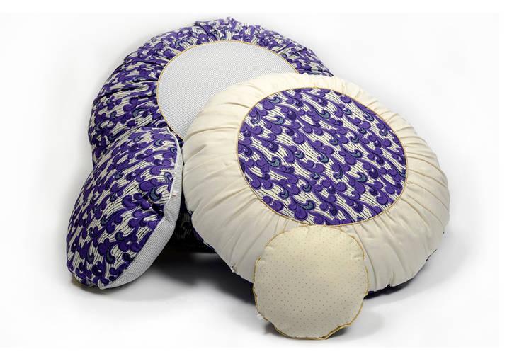 Lot de coussins ronds en wax violet: Chambre de style  par Cabane indigo
