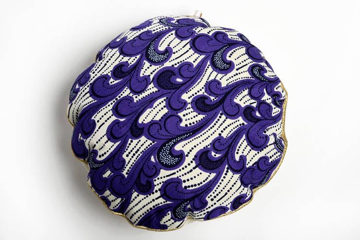 Coussin rond wax violet Ksiih ksiih: Chambre de style  par Cabane indigo