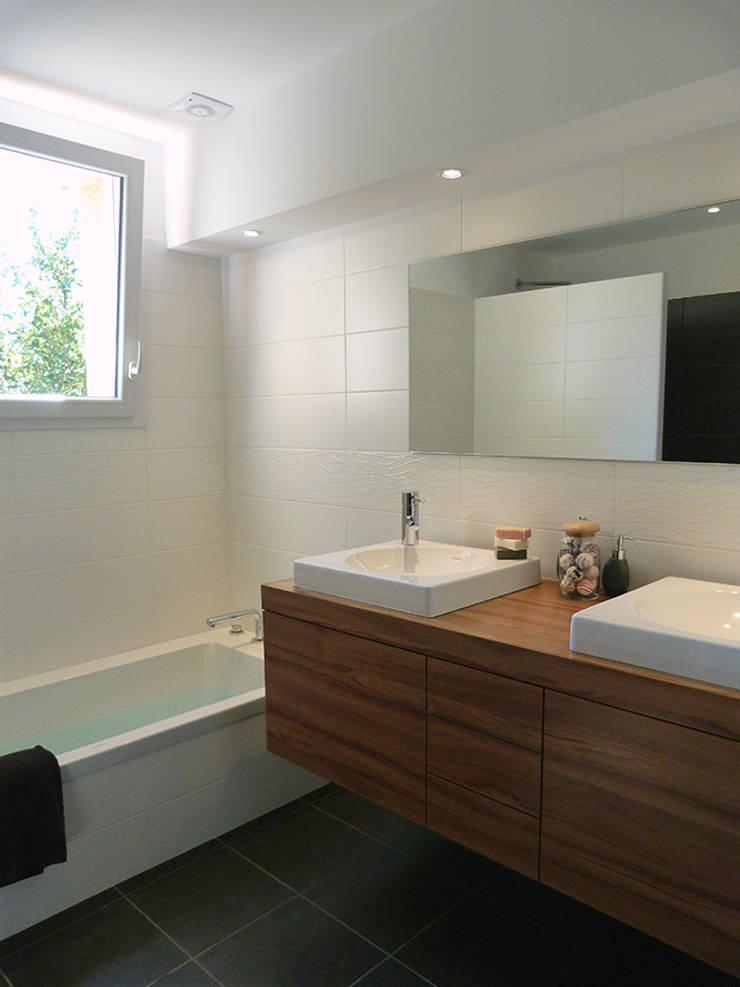 Réaménagement d'une chambre et d'une salle de bain pour des particuliers : Salle de bains de style  par Florian PRESLE