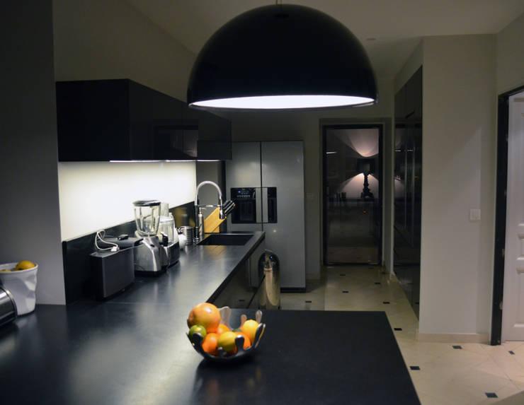 VILLA M: Maisons de style  par EVA MYARD interior