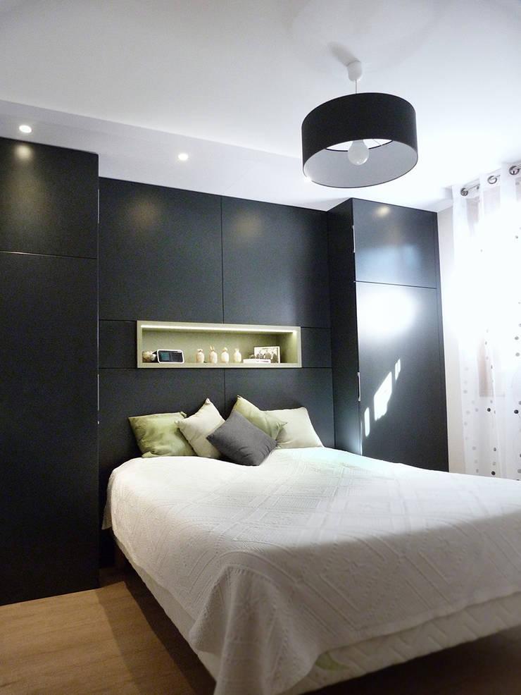 Dressing créé en tête de lit: Salle de bains de style  par Florian PRESLE
