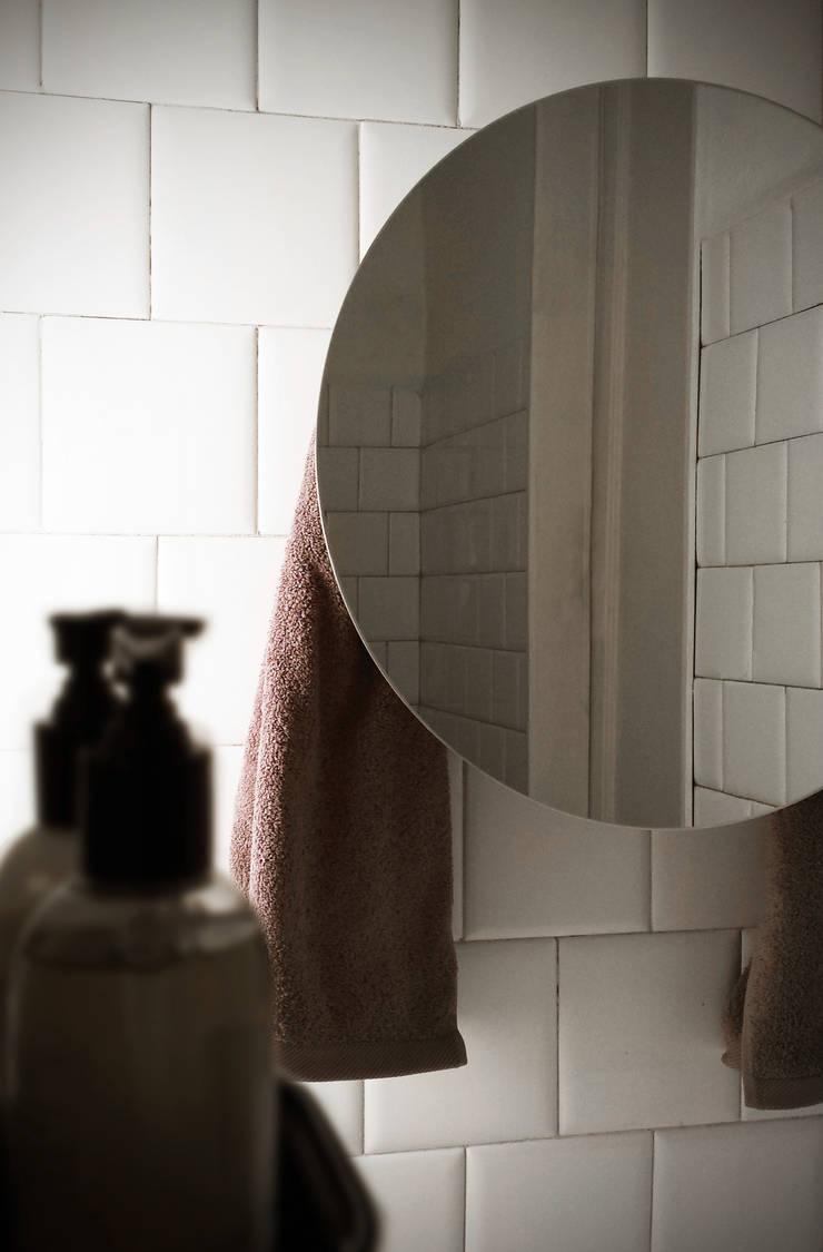 Round with Mirror: Bagno in stile  di MG12