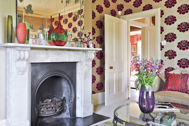 Statement walls:  Living room by Deborah Warne Interiors Ltd
