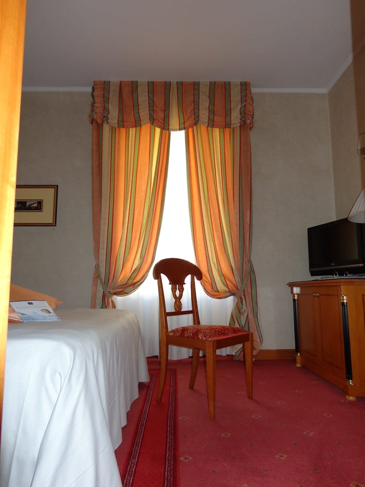 Fornitura Tendaggi BEST WESTERN PREMIER Hotel Cappello D'Oro Bergamo: Hotel in stile  di Tappezzeria Prandi dal 1968