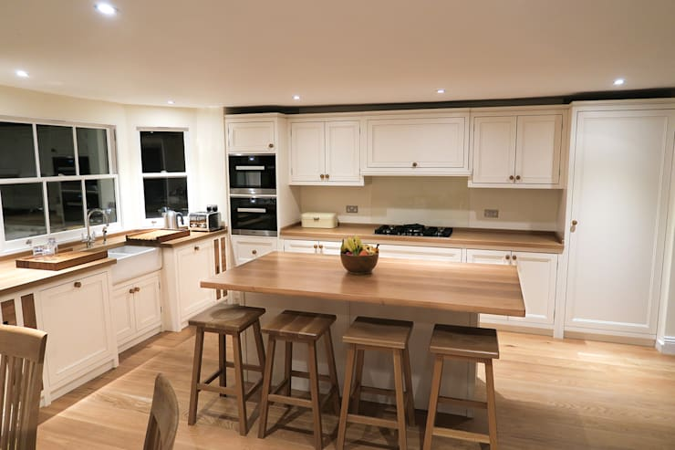 Simple, natural colour:  Kitchen by NAKED Kitchens