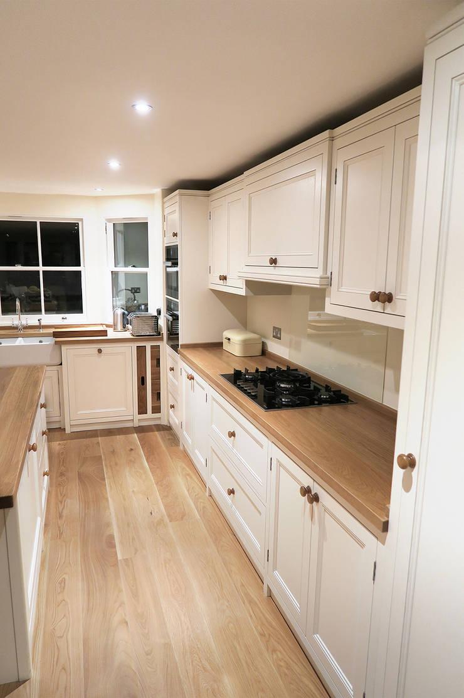 Elegant finishing touches:  Houses by NAKED Kitchens
