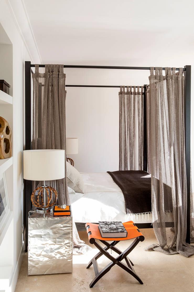 SABAUDIA SUL MARE: Camera da letto in stile  di Stefano Dorata