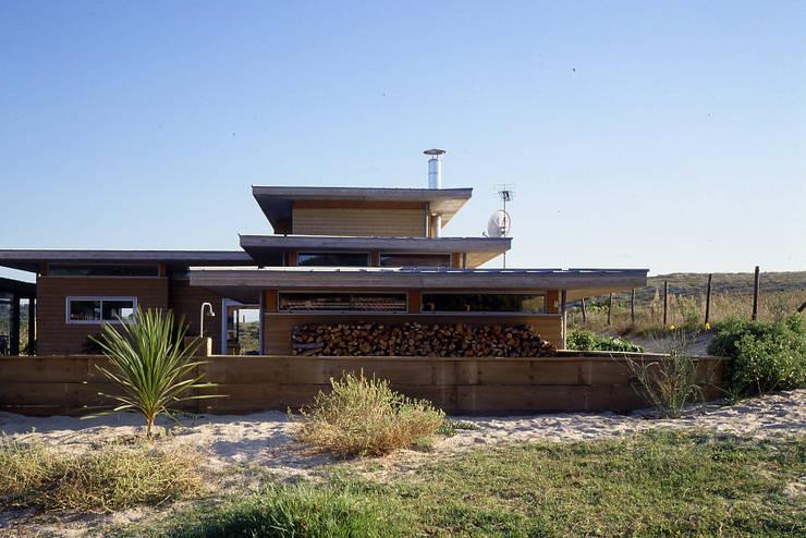 Une maison dans le sable.: Maison de style  par Christian Larroque