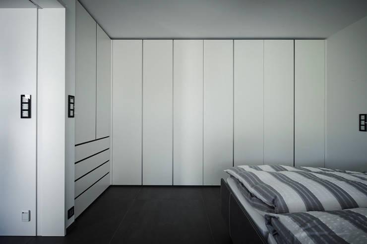 Ankleiden nach Maß- Raumwunder ohne Grenzen:  Ankleidezimmer von HOME Schlafen & Wohnen GmbH