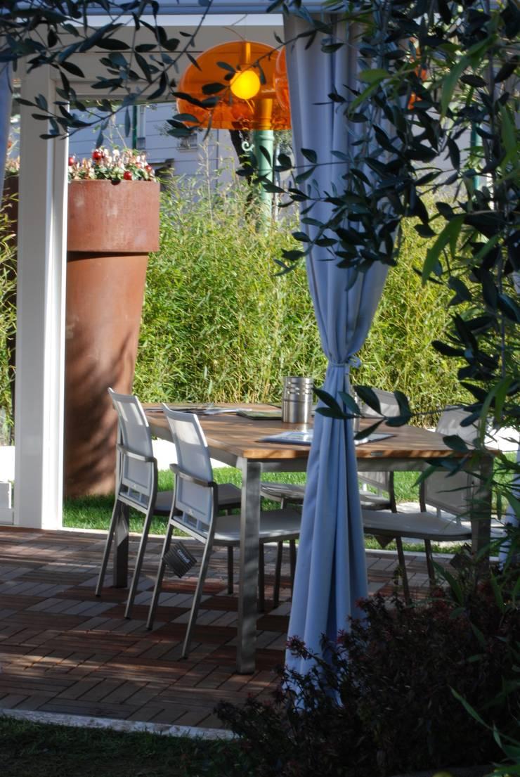 Giardino effimero a Forte dei marmi: Giardino d'inverno in stile  di Fuoriforma, Moderno