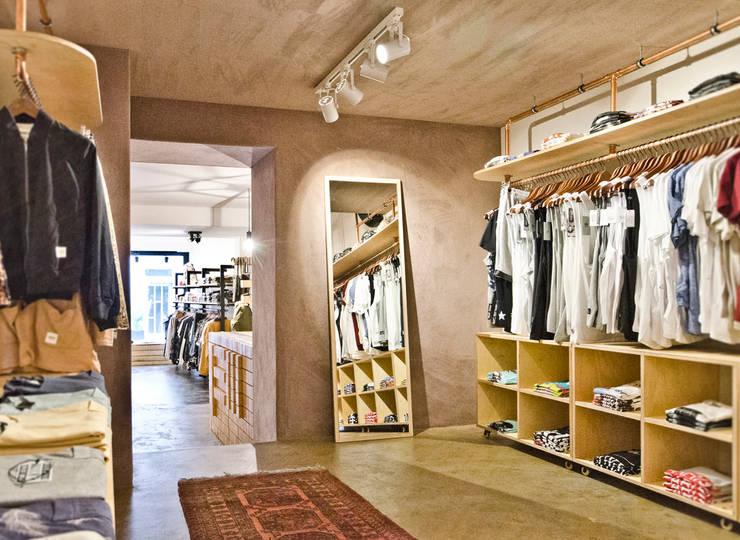 Oficinas y Tiendas de estilo  por Studio DLF