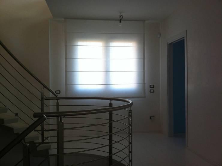 Tende per villa nel Trevigiano: Casa in stile  di Atelier Veneto Srl