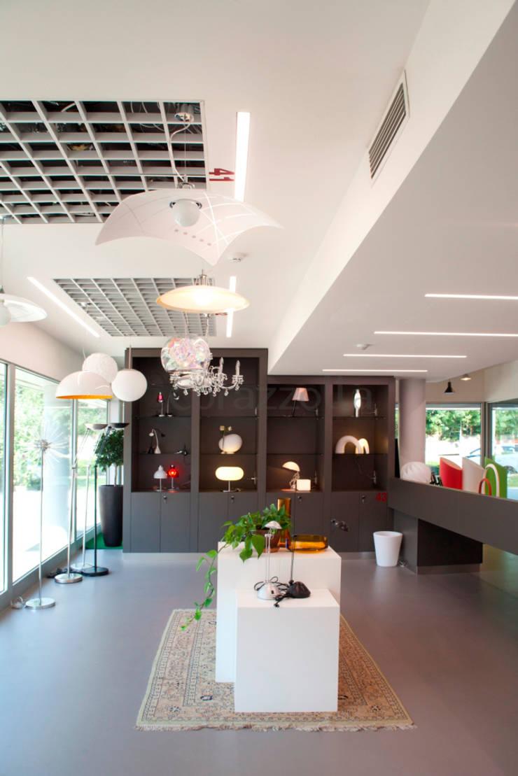 Casa & Luce: Negozi & Locali Commerciali in stile  di CORAZZOLLA SRL - Arredamenti su Misura