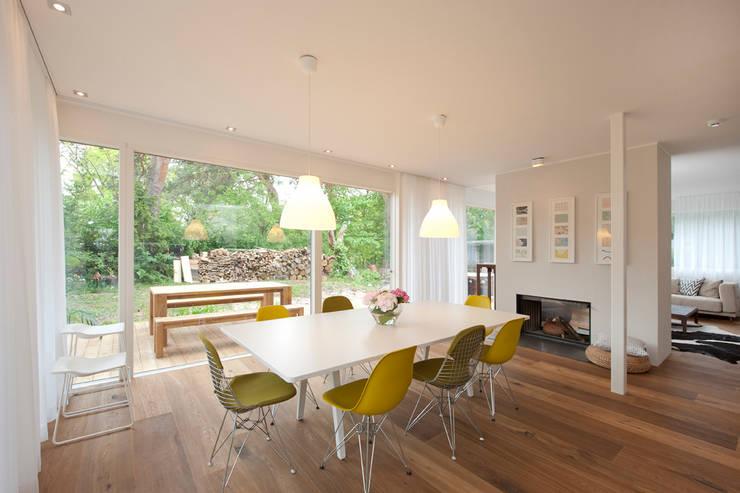 Sala da pranzo in stile in stile Moderno di Cubus Projekt GmbH