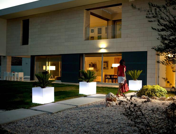 Macetas con luz Cubo: Hogar de estilo  de Ociohogar
