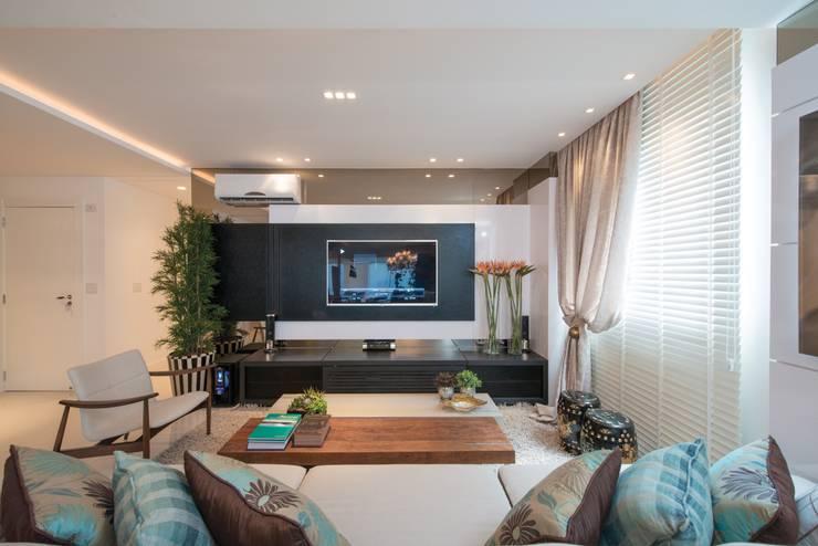 Refúgio à beira mar : Salas de estar modernas por Actual Design