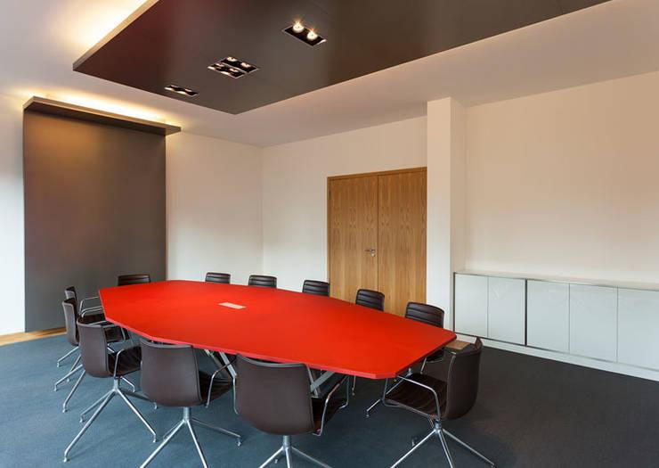 Konferenztisch:  Bürogebäude von IONDESIGN GmbH,Modern