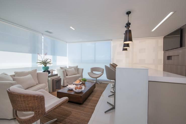 Refúgio à beira mar : Salas de estar  por Actual Design
