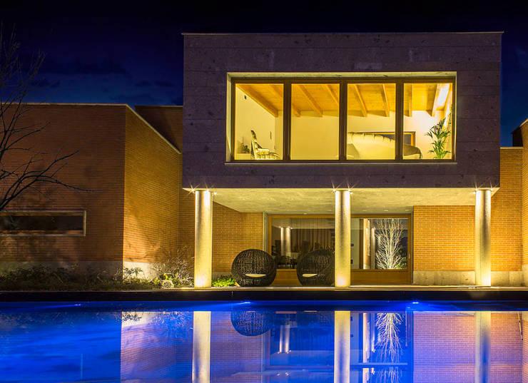 Villa Luisa: Case in stile in stile Moderno di Matteo Gattoni - Architetto
