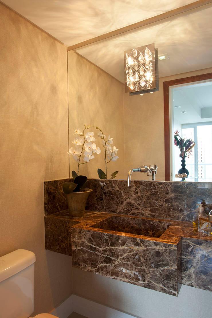Papel de parede em banheiro: Parede e pavimento  por Adriana Bellão - Arquitetura de A a Z