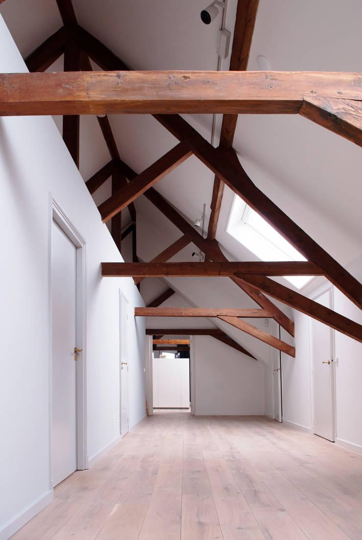 Monumentale langhuisboerderij 'Het Zwanenburg':  Huizen door OTH architecten