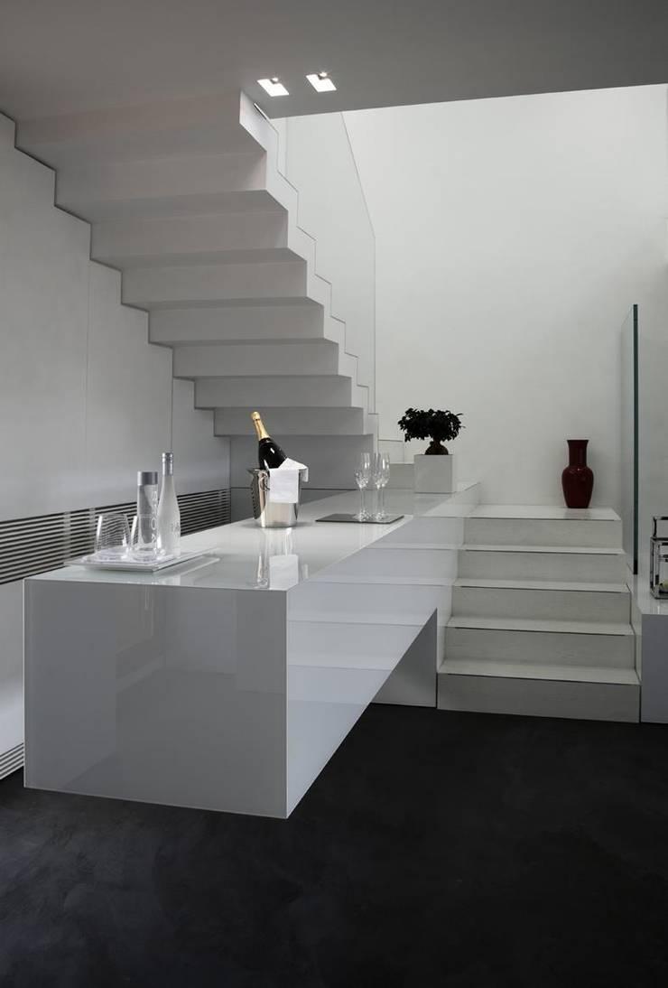 Attico Bianco: Casa in stile  di Arredamenti Caneschi srl