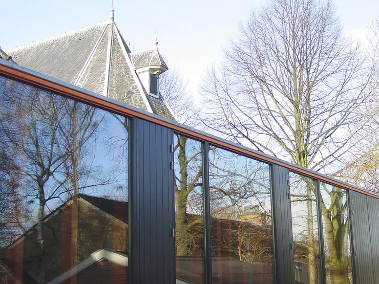 uitbreiding van een monumentale kerk: modern  door Linea architecten, Modern