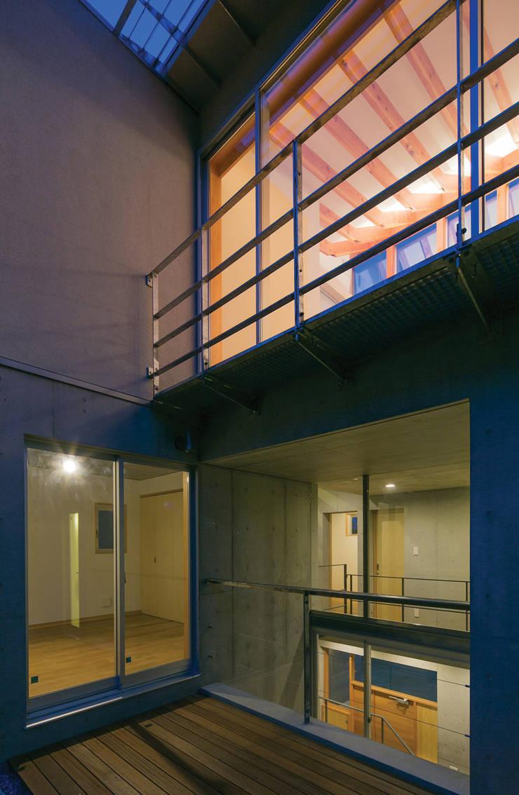 南側外観の夕景: 株式会社フォルムス/FORMSが手掛けた家です。
