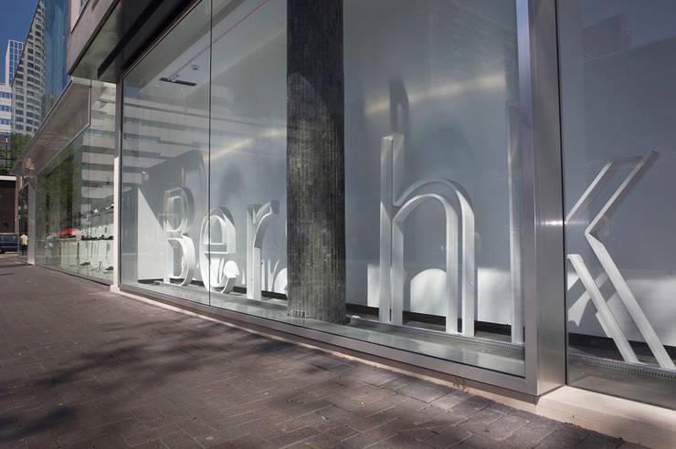 Bershka aan de Lijnbaan:  Winkelruimten door Linea architecten