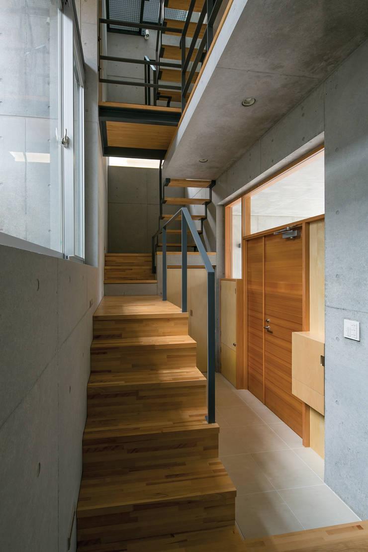 玄関: 株式会社フォルムス/FORMSが手掛けた廊下 & 玄関です。