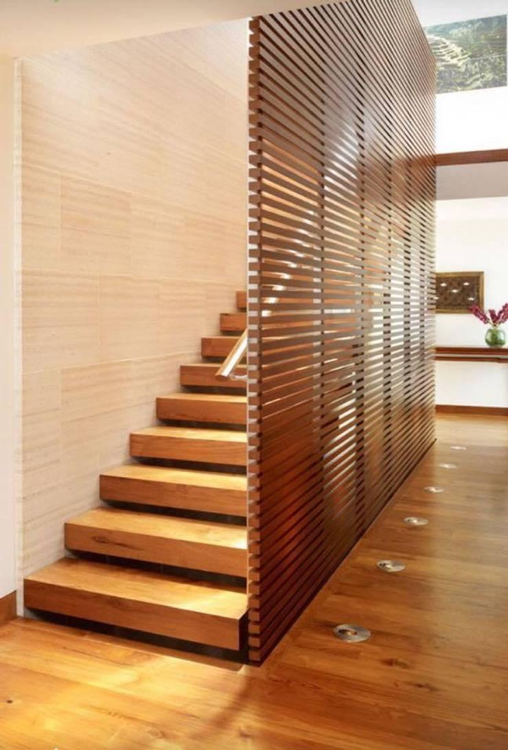 BOOK ESCALIER : Couloir et hall d'entrée de style  par Agence Al Dentro / Adélia Verdiel