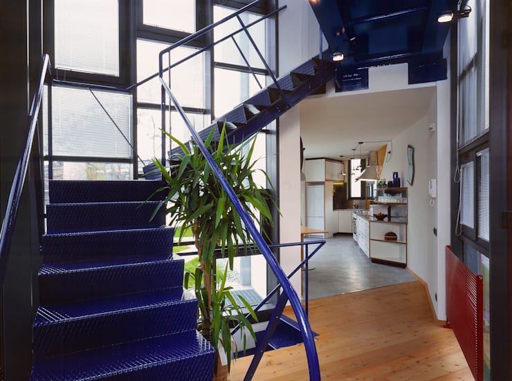 scala a giorno in lamiera: Ingresso & Corridoio in stile  di RoccAtelier Associati