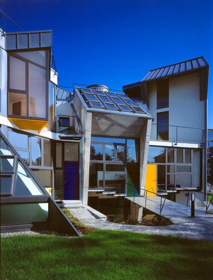 ingressi personalizzati per ogni villa: Case in stile  di RoccAtelier Associati
