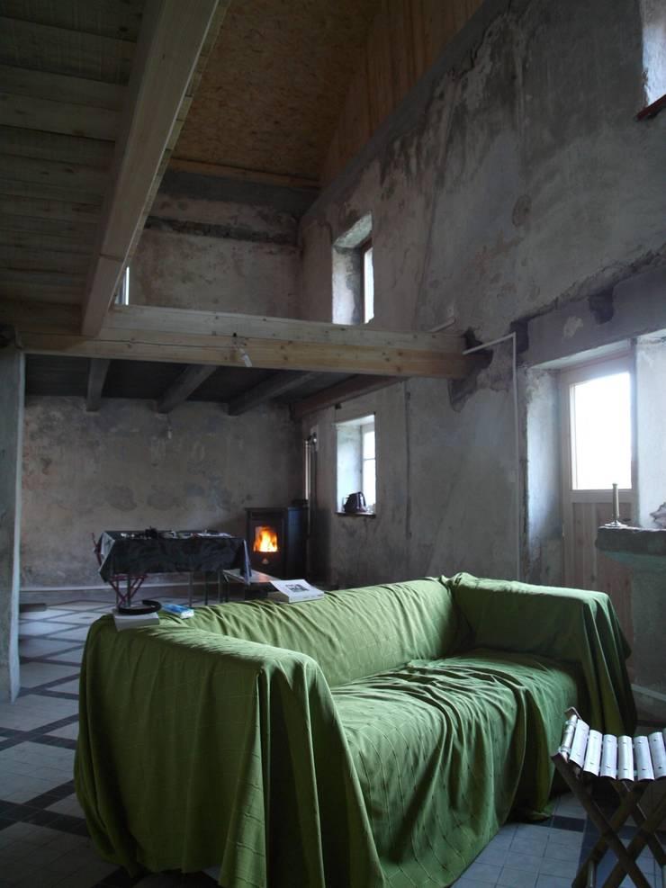 Le séjour et la mezzanine en cours de chantier par Coutant Architecte Rural