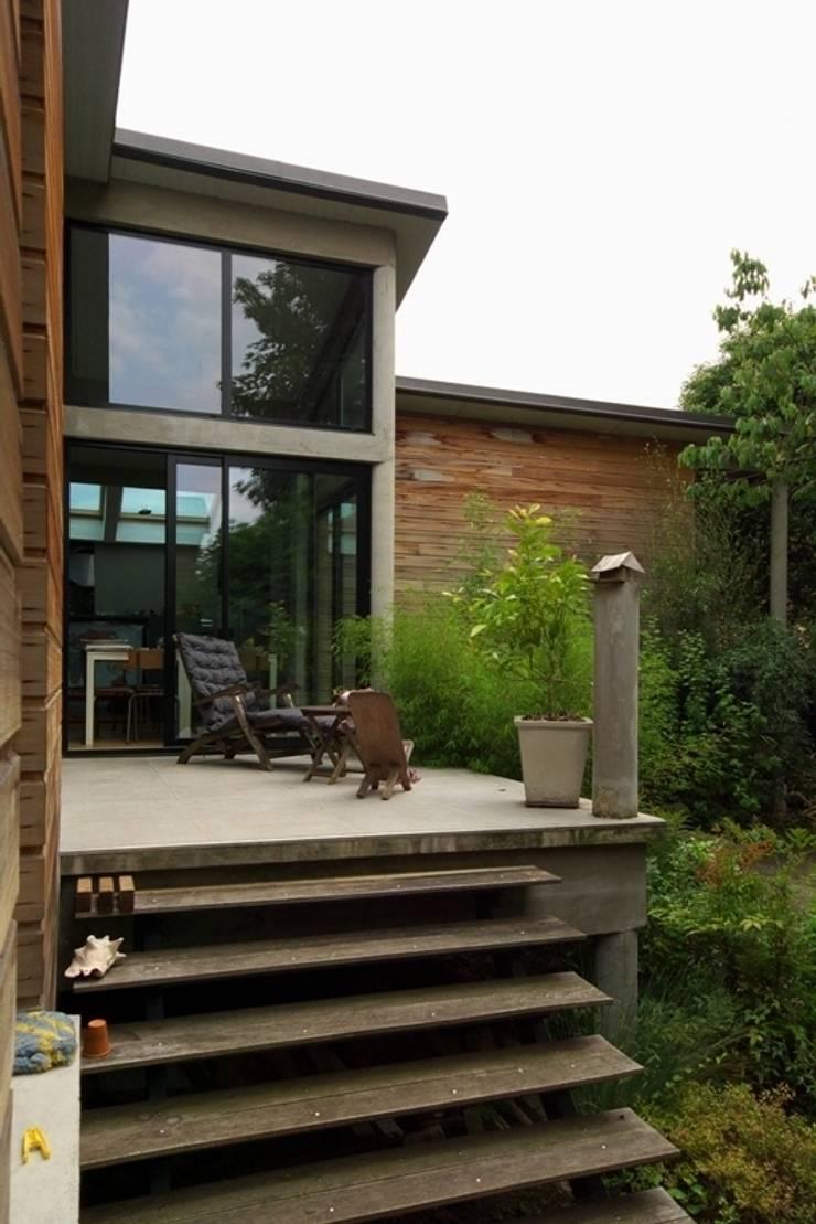Agrandissement de pavillon sur pilotis: Maisons de style  par Coutant Architecte