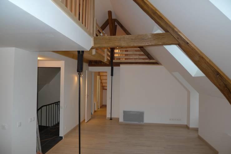 Aménagement de comble dans une maison ancienne: Maisons de style  par Coutant Architecte