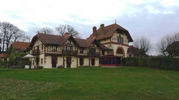 projet de véranda en site historique: Jardin d'hiver de style  par Coutant Architecte