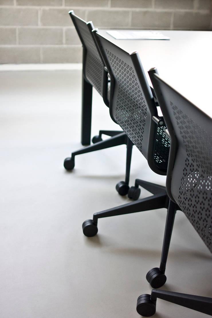 Titania Steel: Studio in stile  di Emmesystem by Emme Italia