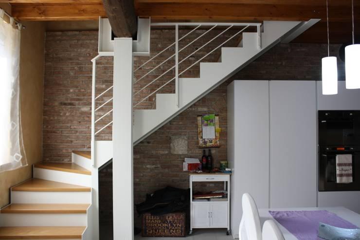 Riordino di idee ed esigenze: da edificio rurale ad abitazione efficiente: Soggiorno in stile  di archiroveri, Rustico