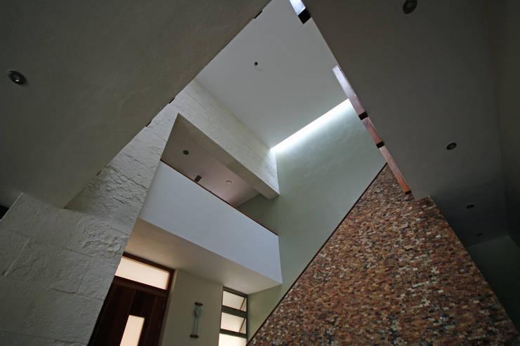 CASA 2  EN PUERTO AVENTURAS: Pasillos y recibidores de estilo  por axg arquitectos, Minimalista