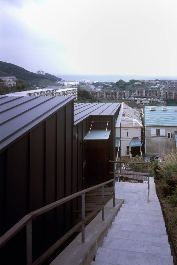 海を望み家族とつながる家: スタジオエイトが手掛けた家です。