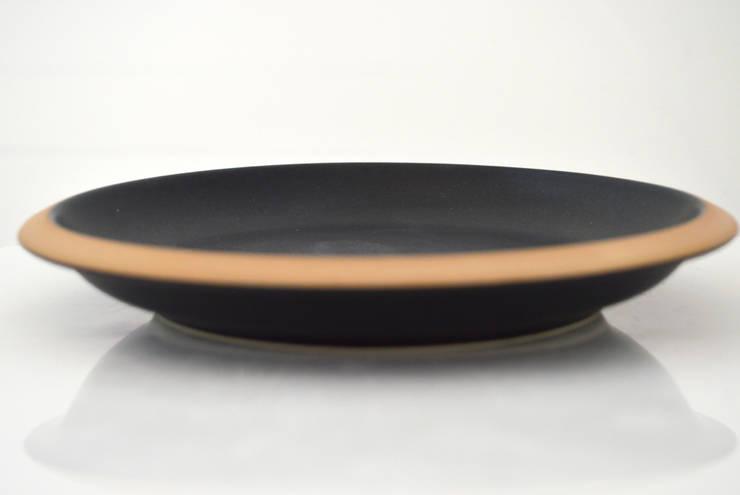 Piatto frutta Giotto . Nero: Cucina in stile  di Ceramiche Bucci srl