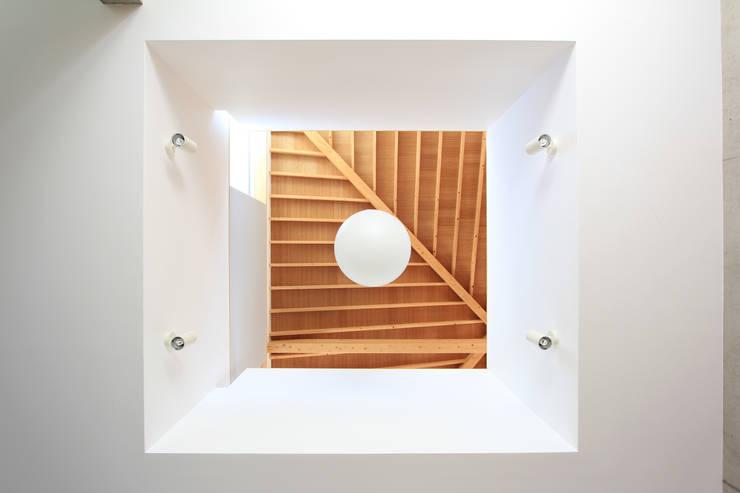 木の下のマテリアル: Kazuto Nishi Architectsが手掛けたリビングルームです。